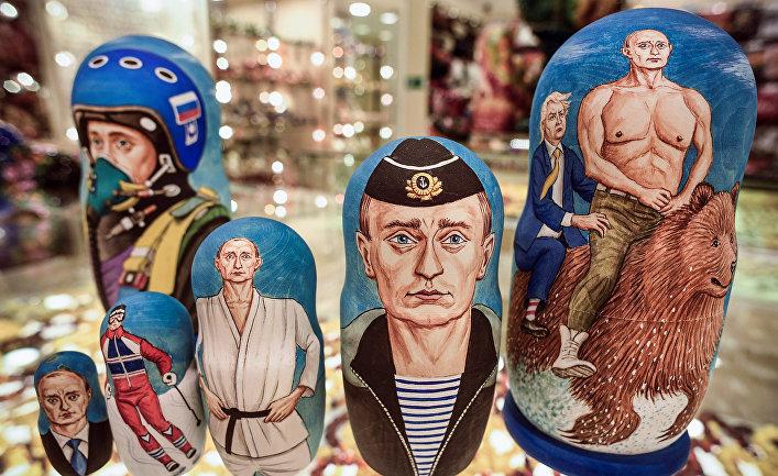 Матрешки, изображающие президента России Владимира Путина в сувенирном магазине.
