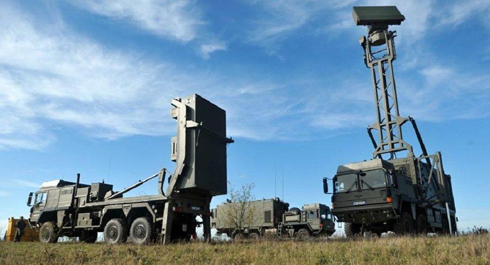 Элементы зенитного ракетного комплекса малой дальности MBDA VL MICA в исполнении для Омана на шасси автомобилей MAN и с РЛС обнаружения Airbus TRML-3D.