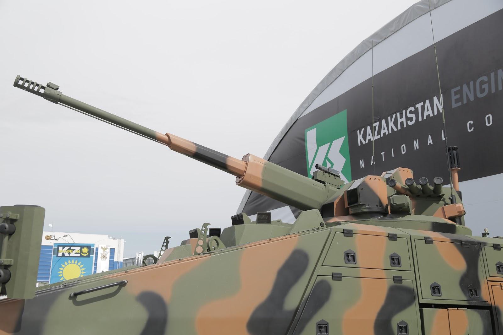 Бронированная машина Paramount Mbombe 8 с колесной формулой 8х8, оснащенная боевым модулем АУ-220М российского АО «ЦНИИ «Буревестник» с 57-мм автоматической пушкой, в экспозиции выставки KADEX-2016. Астана, июнь 2016 года.