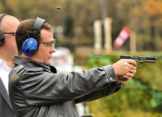 """Медведев стреляет из пистолета """"Стриж"""""""