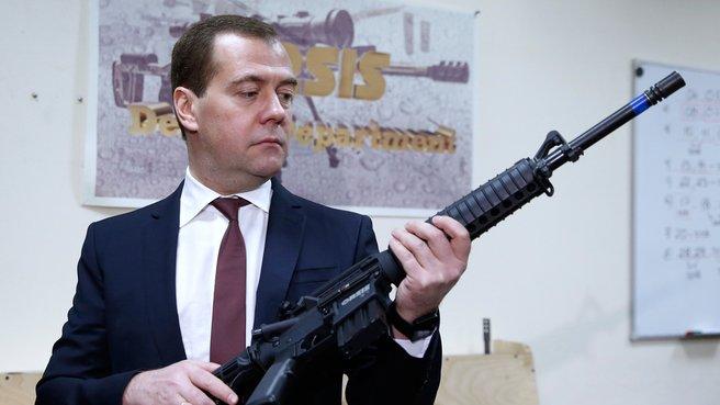 Дмитрий Медведев осматривает сборочный цех ООО «ПРОМТЕХНОЛОГИЯ»