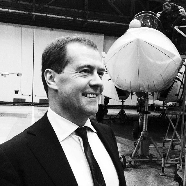 Д.А. Медведев в цеху Комсомольского-на-Амуре авиационного завода имени Ю.А. Гагарина на фоне пятого летного опытного образца истребителя ПАК ФА - самолета Т-50-5.