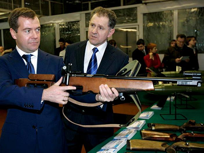 Дмитрий Медведев с винтовкой БИ-7.