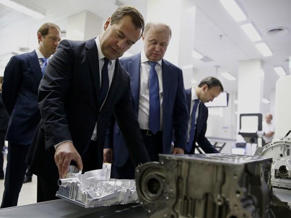 Дмитрий Медведев во время посещения холдинга «Швабе» Госкорпорации Ростех. 9 июля 2014г.