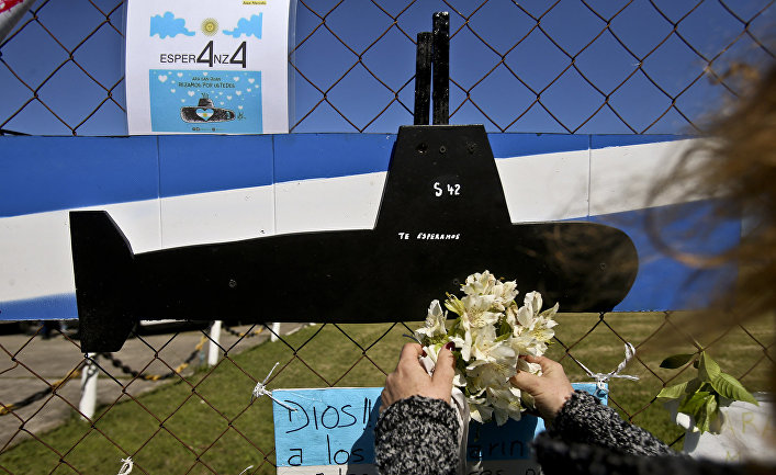 "Мемориал, изображающий подводную лодку ВМС Аргентины ""Сан-Хуан"" в Мар-де-Плата."