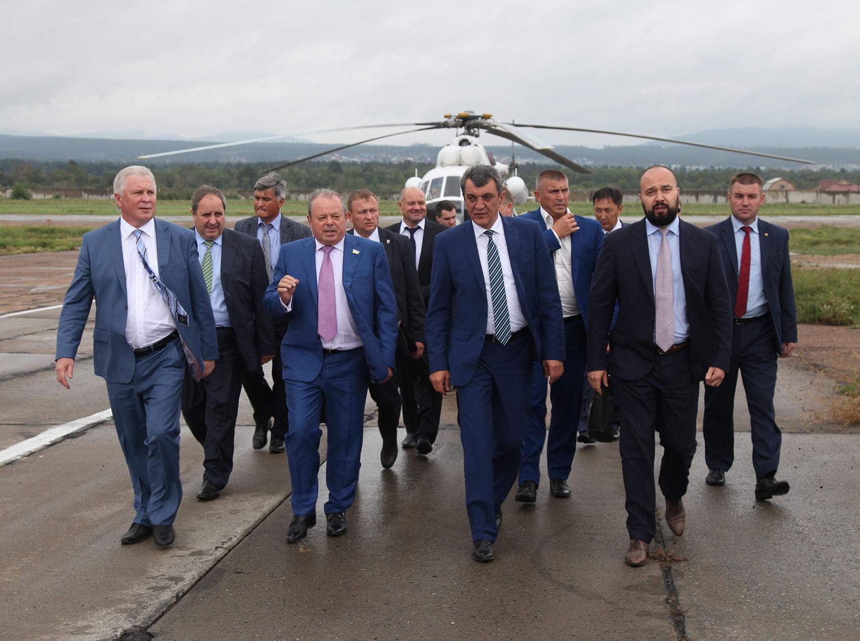 Полномочный представитель президента России в Сибирском федеральном округе Сергей Меняйло на Улан-Удэнском авиационном заводе (У-УАЗ).