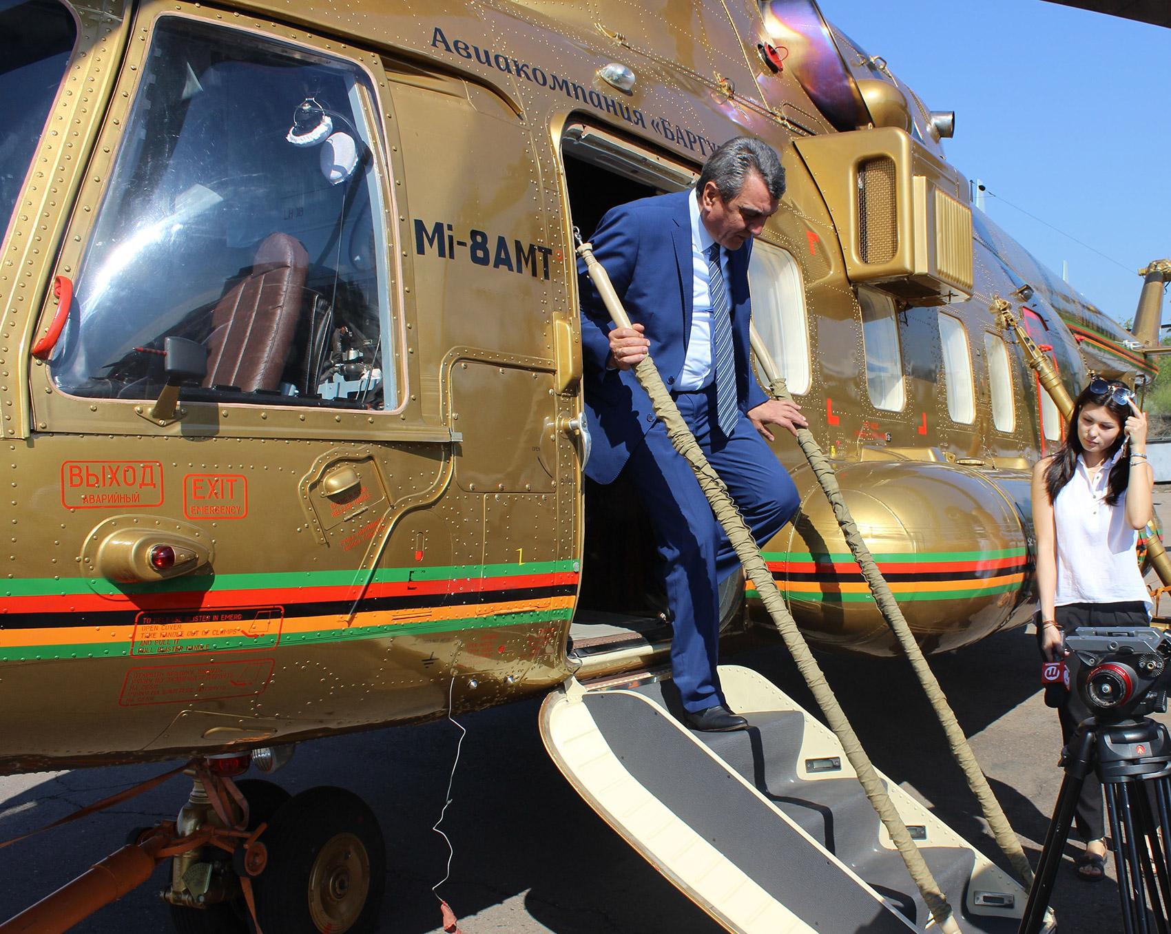 Визит полномочного представителя президента России в Сибирском федеральном округе Сергея Меняйло на Улан-Удэнский авиационный завод.