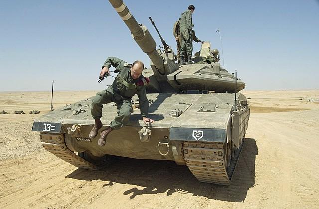 Солдаты ЦАХАЛ на танке Меркава Марк IV.