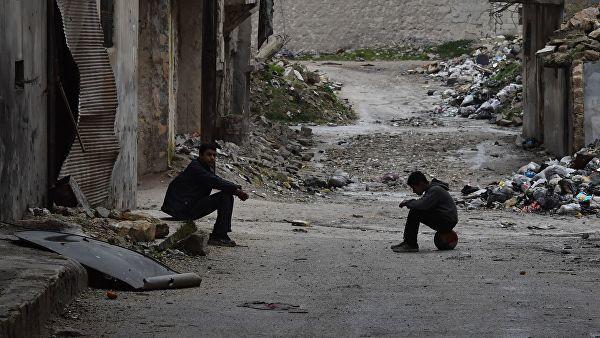 Местные жители на одной из улиц в Алеппо