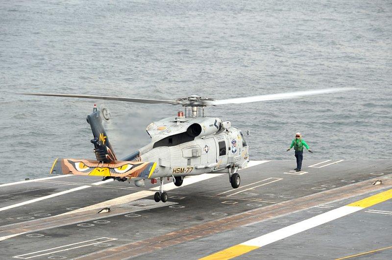 Тихий океан (13-е сентября 2013-го года) вертолет MH-60R Sea Hawk из 77-ой вертолетной морской ударной эскадрильи Saberhawks осуществляет посадку на полетную палубу авианосца George Washington (CVN 73) во время учений авиакрыла.