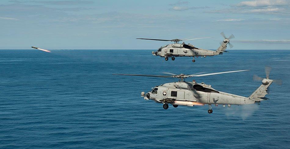 Южно-Китайское море (18-е мая 2013-го года) два вертолета MH-60R Sea Hawk приписанных к 75-ой вертолетной морской ударной эскадрильи Wolf Pack запускают ракеты AGM-114 Hellfire во время боевых стрельб.