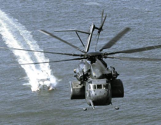 Вертолет MH-53E Sea Dragon буксирует систему MK105. Источник:.