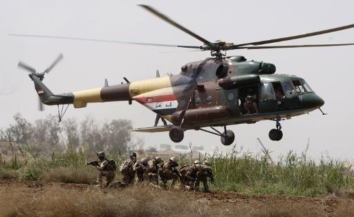 Вертолет Ми-17В-5 армейской авиации Ирака в ходе десантирования.