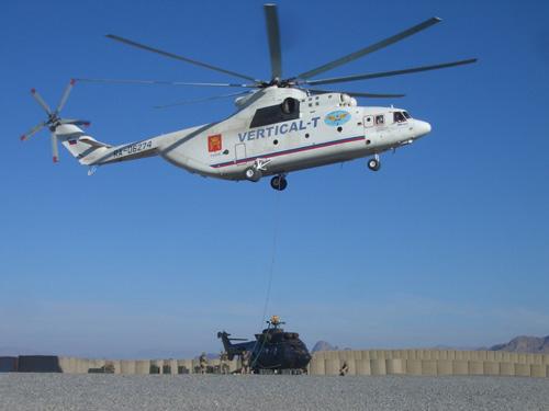 Российский вертолет Ми-26Т3 Авиакомпании ВЕРТИКАЛЬ-Т эвакуирует подбитый вертолет Кугар («Супер-Пума») Нидерландских ВВС из сил ISAF на юге Афганистана. Фото с сайта http://vertical-t.ru/.