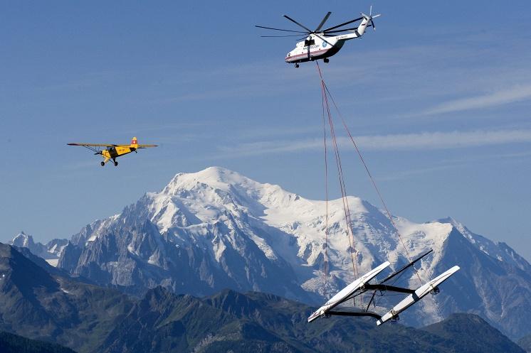 Вертолет Ми-26Т транспортирует катамаран Alinghi 5 над Женевским озером. Швейцария, 2009 год.
