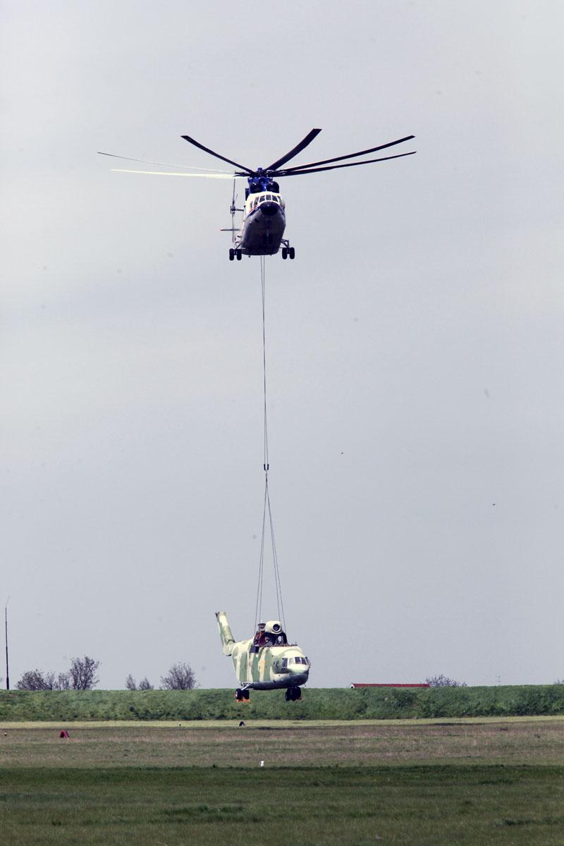Вертолет Ми-26Т осуществляет транспортировку военно-транспортного вертолета Ми-26.