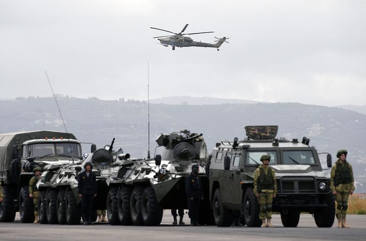 Ми-28Н патрулирует авиабазу ВКС РФ Хмеймим в Сирии