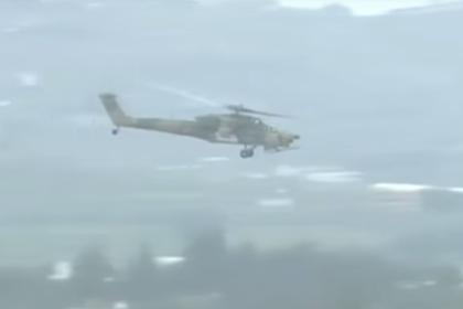 Вертолет Ми-28Н пролетает над авиабазой Хмеймим.