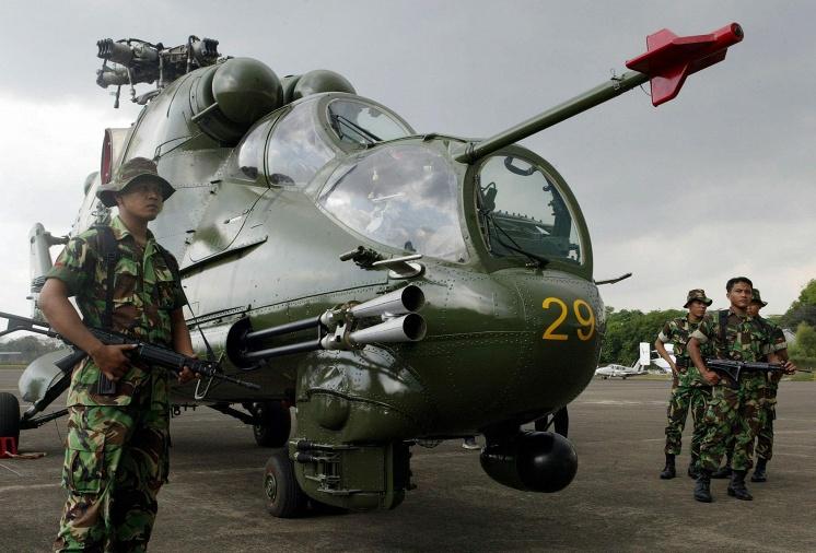 Индонезийские солдаты на фоне вертолета Ми-35. Индонезия, 2003 год.