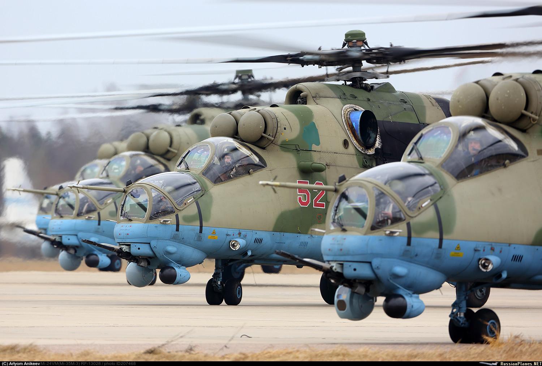 Боевые вертолеты Ми-35М ВКС России во время репетиции Парада Победы 2017 года. Кубинка, апрель 2017 года.