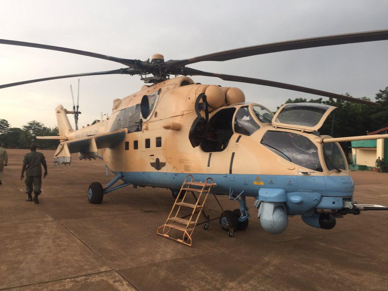 Один из двух поставленных ВВС Мали из России новых боевых вертолетов Ми-35М (малийская регистрация TZ-14H) во время демонстрации президенту Мали Ибрагиму Бубакару Кейта. Бамако, 03.10.2017.