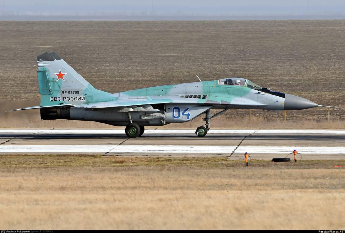 """Один из запланированных к передаче ВВС и ПВО Сербии истребителей МиГ-29 (регистрация RF-93709, бортовой номер """"04 синий""""), ранее входившего в состав 31-го истребительного авиаполка, Миллерово, 2013 год"""