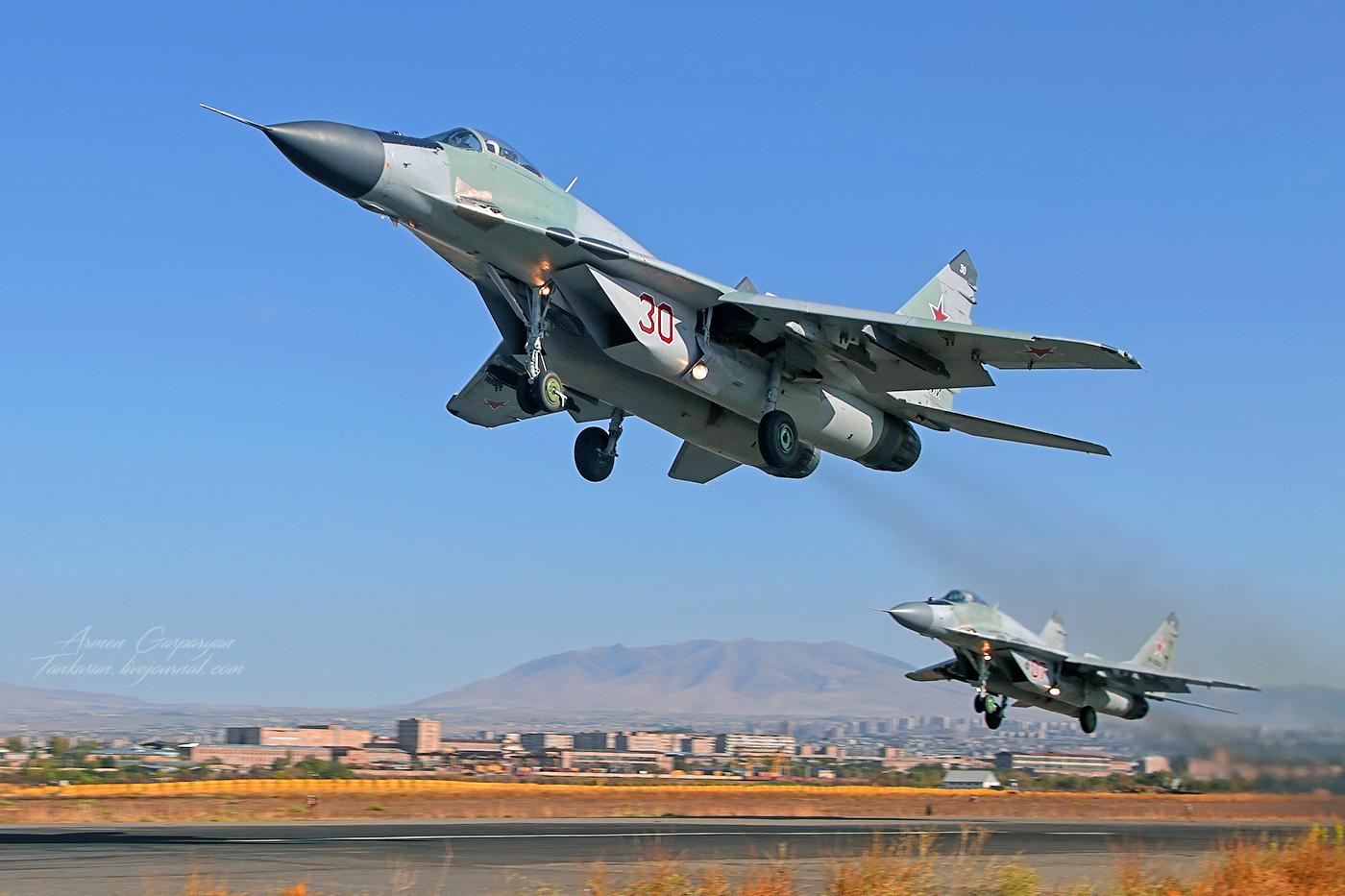 Взлет пары истребителей МиГ-29 ВКС России,  3624-я авиационная база в аэропорту «Эребуни», Армения, 12.03.2016