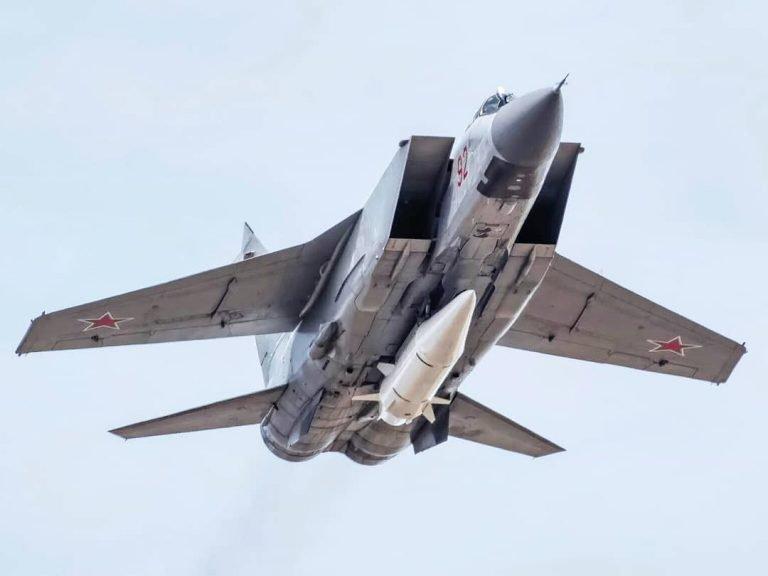"""Истребитель МиГ-31 с гиперзвуковой ракетой """"Кинжал""""."""