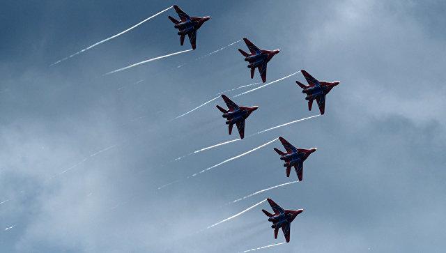 Выступление пилотажной группы ВКС России Стрижи на истребителях МиГ-29. Архив.