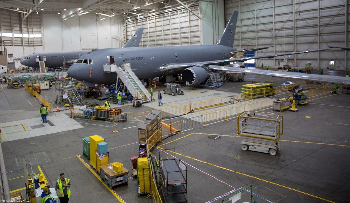 Гражданские самолеты Boeing-767 модернизируются в военные самолёты-заправщики, стратегические транспортные самолёты Boeing KC-46. (Фото: Джефф Мартин / сотрудник).
