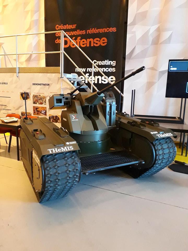 Эстонская самоходная безэкипажная гусеничная платформа Milrem Robotics THeMIS в экспозиции выставуи Eurosatory 2018 в трех исполнениях (сверху вниз): с боевым модулем Nexter ARX20 с 20-мм автоматической пушкой и спаренным 7,62-мм пулеметом; с боевым модулем FN Herstal deFNder RWS с 12,7-мм пулеметом; в качестве носителя беспилотного разведывательного мультикоптера Threod Systems Tethered.