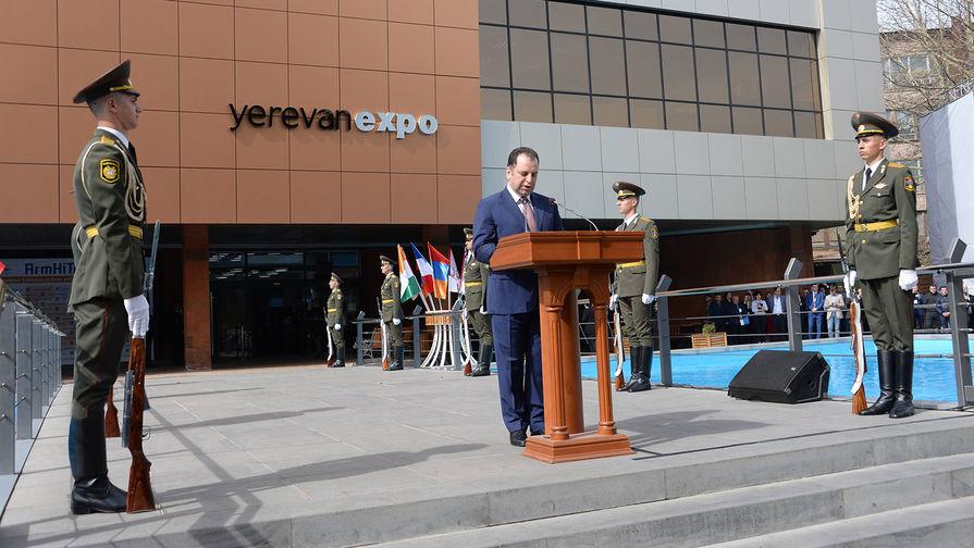 Министр обороны Армении Виген Саргсян на выставке ArmHiTech-2018.