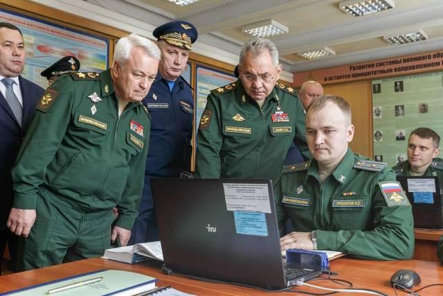 Министр обороны РФ Сергей Шойгу (второй справа на первом плане)