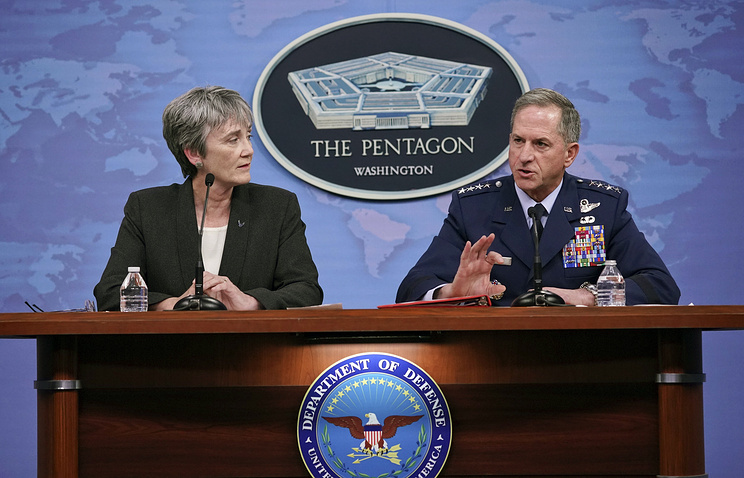 Министр и начальник штаба ВВС США Хезер Уилсон и генерал Дэвид Голдфин во время пресс-конференции в Пентагоне.