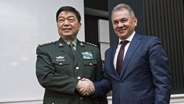 Министр обороны Китайской Народной Республики генерал-полковник Чан Ваньцюань (слева) и министр обороны РФ Сергей Шойгу. Архивное фото