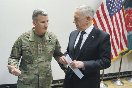Министр обороны США Джеймс Мэттис (справа) обсуждает с генералом Николсоном вопрос о дальнейших действиях в Афганистане.