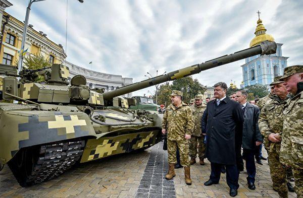 Министр обороны Украины Степан Полторак и президент Украины Петр Порошенко на выставке военной техники в Киеве, приуроченной ко Дню защитника Украины
