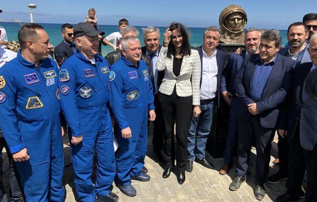 Министр туризма Крита Елена Кундура (в центре)