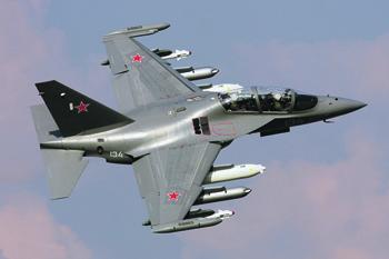 Минобороны рассчитывает использовать для подготовки летчиков несколько типов самолетов. В небе – Як-130. Фото Дмитрия Терехова