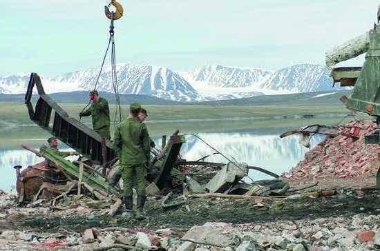 Уборка металлолома военнослужащими в Арктике.