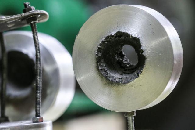 Мишень во время испытания рельсотрона в Объединенном институте высоких температур РАН.