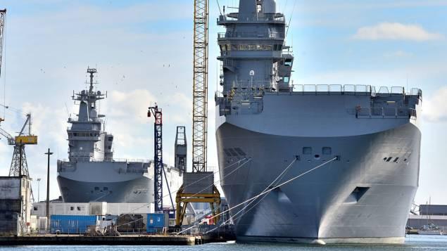 Два построенных для России и теперь приобретенных Египтом универсальных десантных корабля типа Mistral в отстое на судостроительном предприятии STX France в Сен-Назере