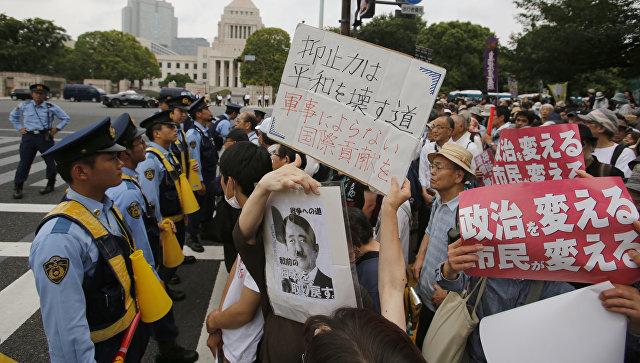 Митинг в Токио против строительства американской базы на острове Окинава. 19 июня 2016.