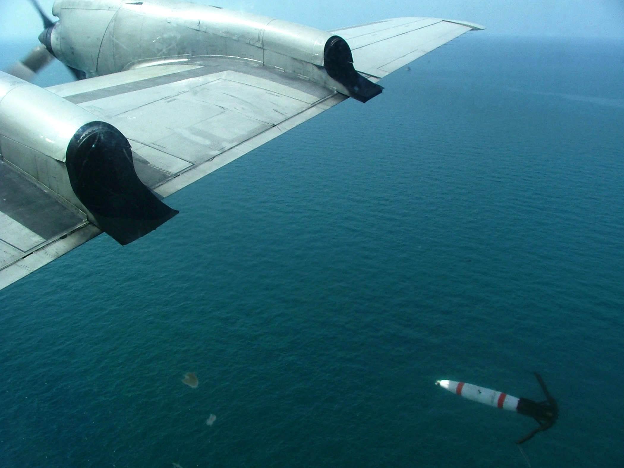 Сброс переоборудованной из авиационной бомбы авиационной морской донной неконтактной мины Mk 62 Quickstrike с базового патрульного самолета Lockheed P-3C Orion авиации ВМС США.