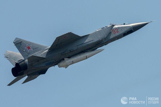 Многоцелевой истребитель МиГ-31 с гиперзвуковой ракетой Кинжал на репетиции воздушной части парада Победы в Москве