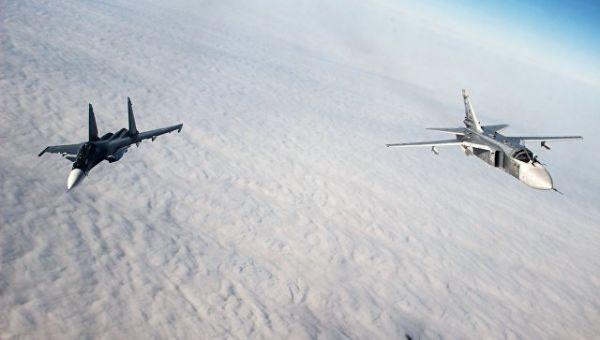 Многоцелевой истребитель Су-30СМ (слева) и тактический фронтовой бомбардировщик Су-24М во время лётно-тактических учений. Архивное фото