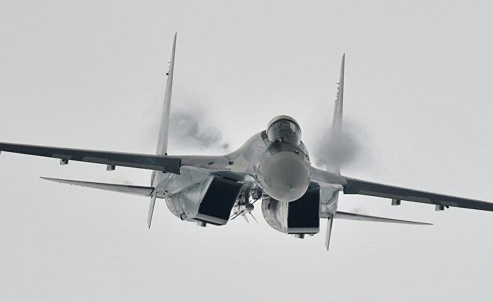 Многоцелевой сверхманевренный истребитель Су-35 во время демонстрационного полета на Международном авиационно-космическом салоне МАКС - 2013 в Жуковском.