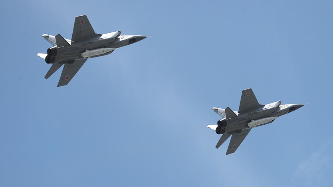 """Многоцелевые истребители МиГ-31 с гиперзвуковыми ракетами """"Кинжал""""."""