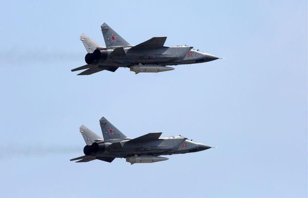 """Многоцелевые истребители МиГ-31К с гиперзвуковыми ракетами """"Кинжал"""""""
