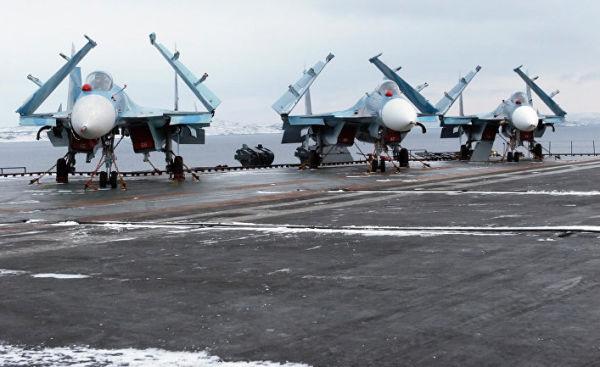 """Многоцелевые палубные истребители Су-33 на взлетной палубе тяжелого авианесущего крейсера """"Адмирал флота Советского Союза Кузнецов"""""""